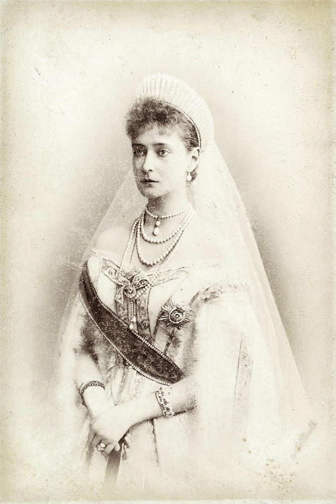 Empress_Alexandra_Feodorovna_in_her_wedding_dress