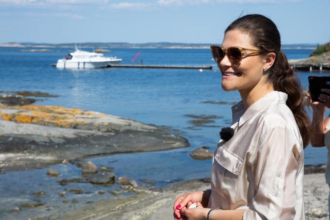 2018-05-24, Landskapsvandringar, Bohuslän.Torsdagen den 24 maj 2018 besökte Kronprinsessan Bohuslän för att genomföra sin tionde vandring i Sveriges landskap. Vandringen genomfördes på Nord- och Sydkoster. I september 2017 inledde Kronprinsessan si
