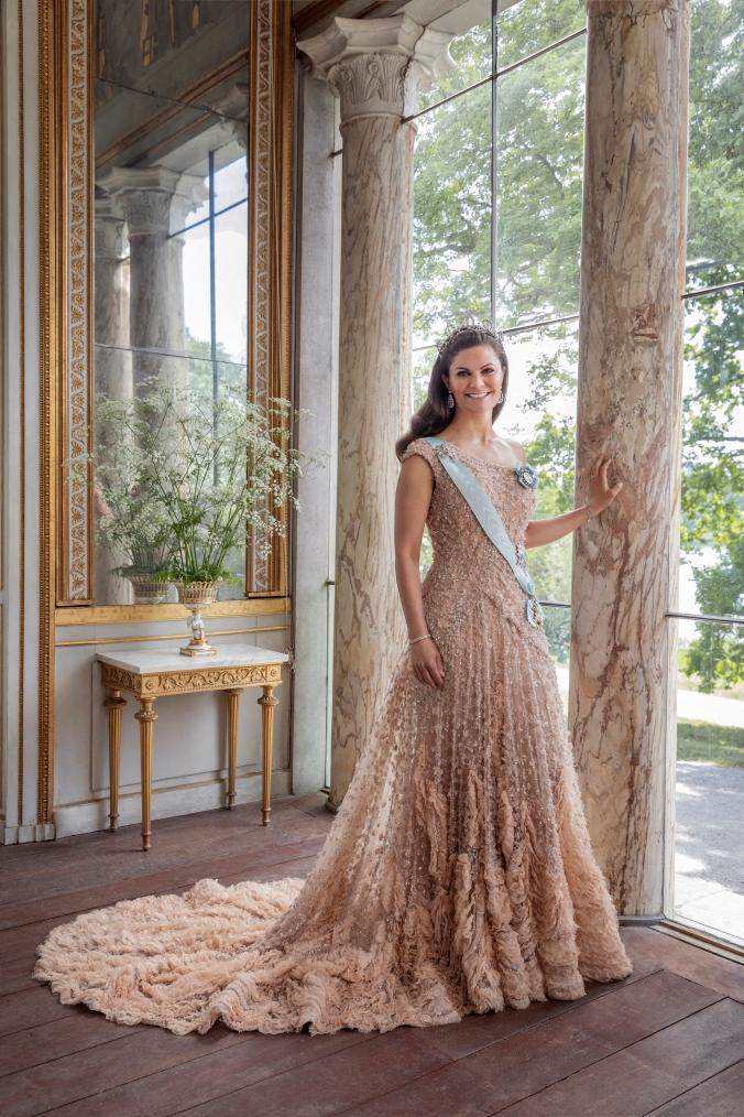 Inför Kronprinsessparets 10-åriga bröllopsdag har fotografen Elisabeth Toll fotograferat Kronprinsessan och Prins Daniel för nya officiella porträtt. Fotograferingen ägde rum i Gustav III:s paviljong på Haga.